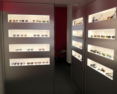 Fabrication de mobilier d'agencement pour un magasin d'optique par QMA .
