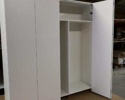 Fabrication d'un placard en mélaminé blanc avec porte automatique Win-Line